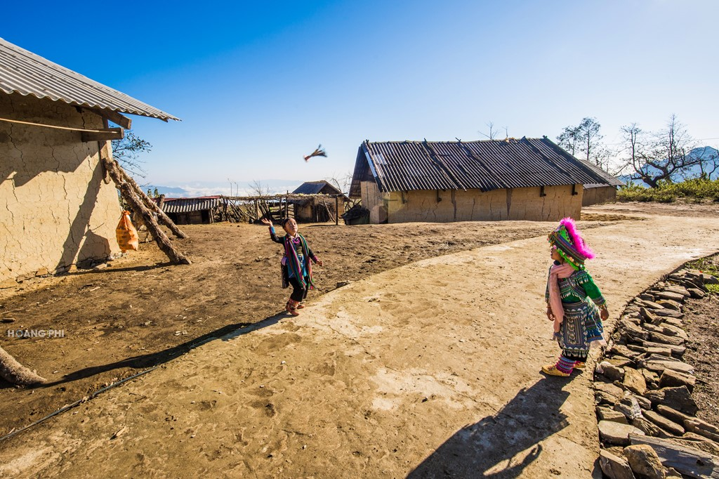 Điều làm nên nét đặc biệt của Y Tý còn có những ngôi nhà trình tường làm bằng đất, lợp mái cỏ của người Hà Nhì. Tuy nhiên, hiện nay đa số các ngôi nhà này đã được lợp bằng tấm lợp ximăng.